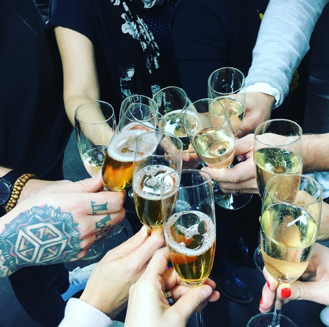prisbelönta reklambyrån BYN skålar i champagne