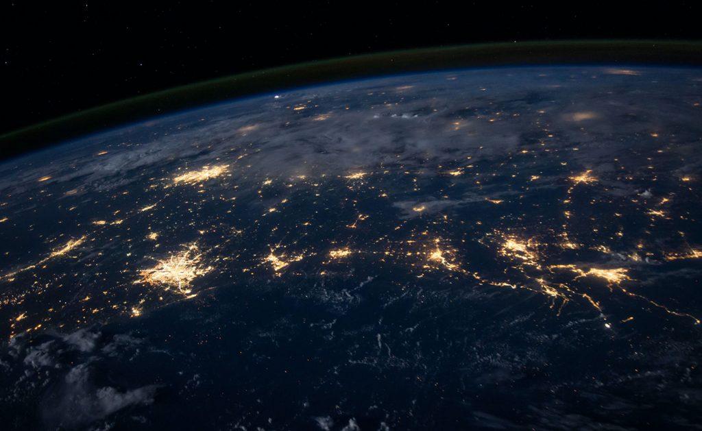 Rymdbild på jorden som lyser