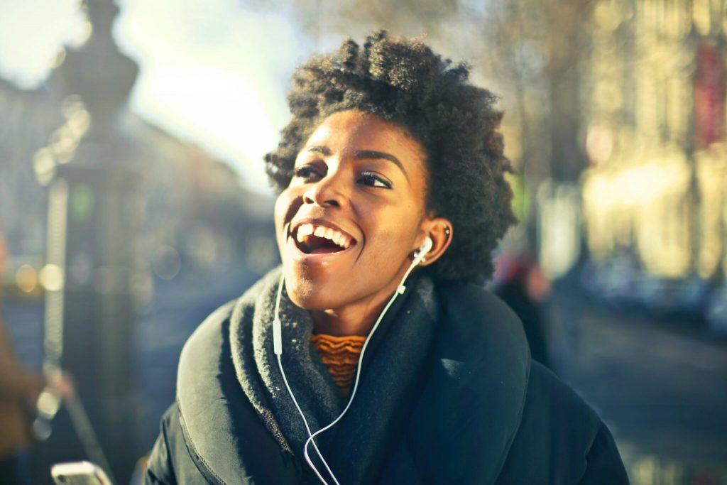 Glad tjej med earplugs