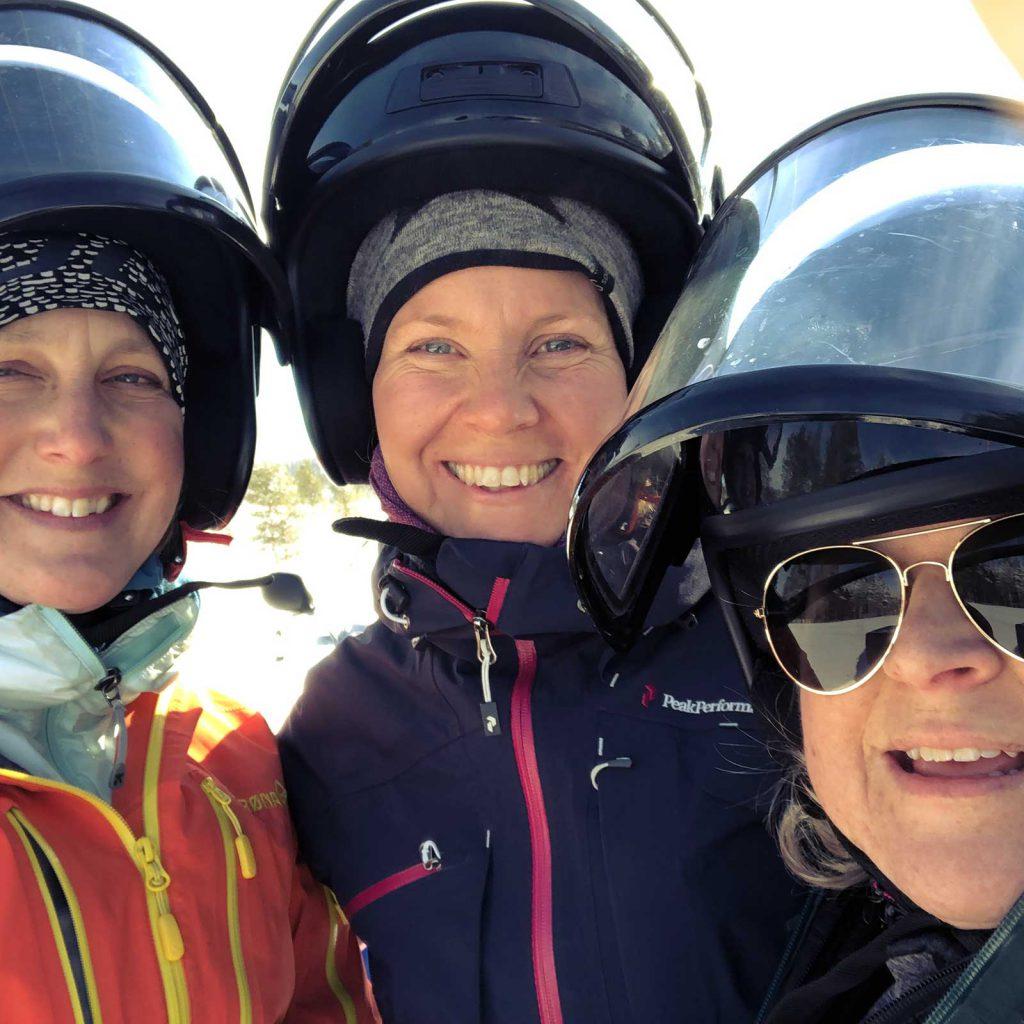 Tre tjejer i snöskoterhjälm